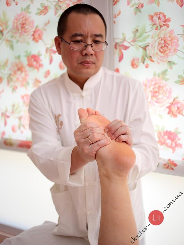 Доктор Ли Ган делает точечный массаж в Киеве